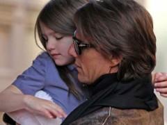 Tom Cruise paga 50mila dollari a settimana per sorvegliare la figlia Suri